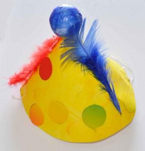 Chapeau de clown réalisé en classe.