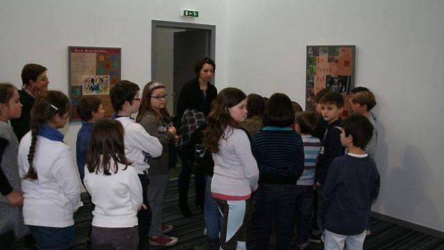 Les enfants de l'école Saint-Joseph avec Vigdis Mounier